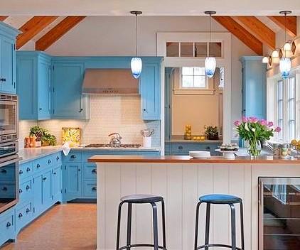Сочетание кухонного гарнитура с цветом остальных деталей на кухне
